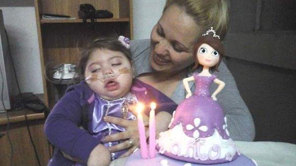 FB IMG 1517801791126 - Pequeña de 4 años depende de la luz para vivir y podría quedarse sin hogar