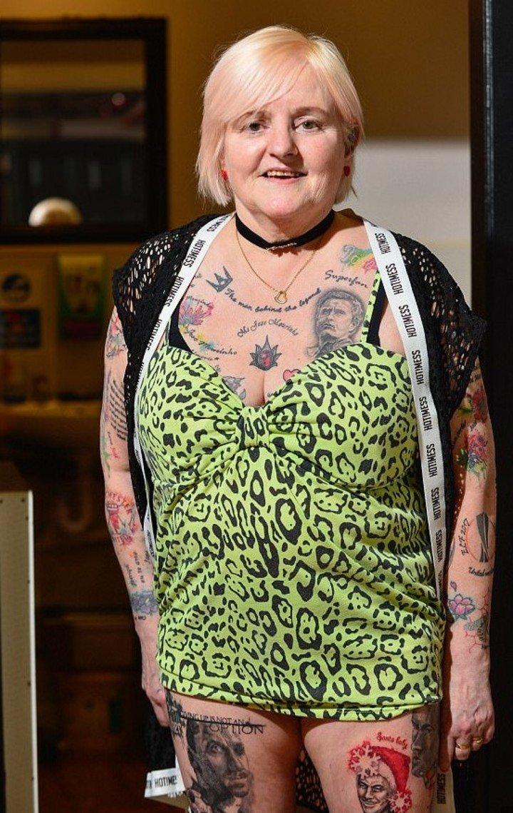 Tiene 60 años, es fanática de José Mourinho y se hizo más de 30 tatuajes de su ídolo