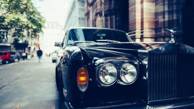 Imagem mostra carro de luxo