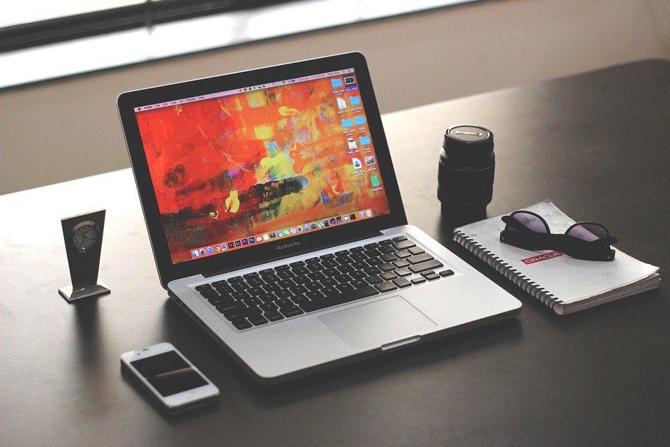 laptop 1035345 960 720 - 최신 아이폰을 굳이 사지 않아도 되는 이유 8