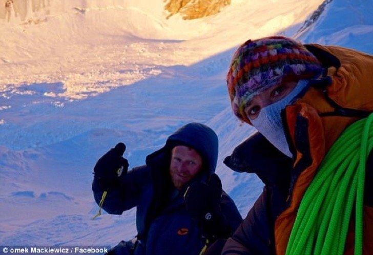 tomekfb - Una alpinista tuvo que dejar abandonado a su compañero de expedición congelándose sin remedio