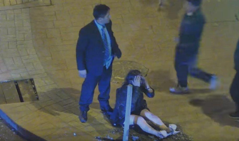 venganza 916x542 - Un hombre golpea a su pareja en la calle, pero un grupo de personas le dan su merecido