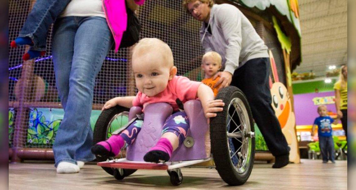 cover 4ruedas - Ante la desesperación, no puedo esperar más y le construye una silla de ruedas a su pequeña