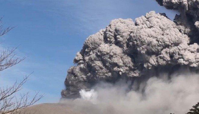 「九州の宮崎県にある新燃岳 2011」の画像検索結果
