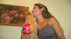 familia-de-mirassol-sp-adotou-galinha-que-torna-os-dias-de-arthur-mais-alegres
