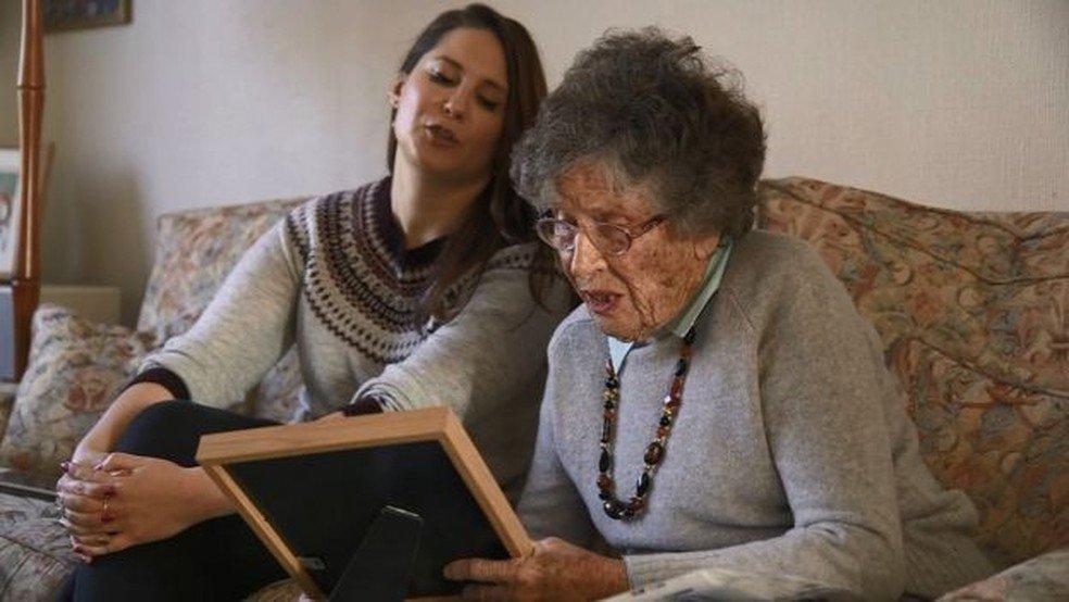 flor e alex.jpg?resize=1200,630 - Contra a solidão e o aluguel caro: as colegas de casa com 68 anos de diferença