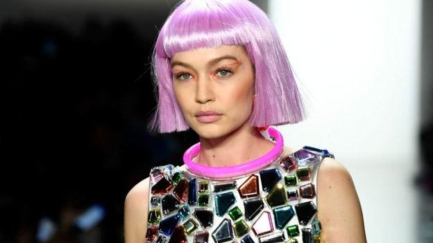 Gigi Hadid desfila com peruca rosa
