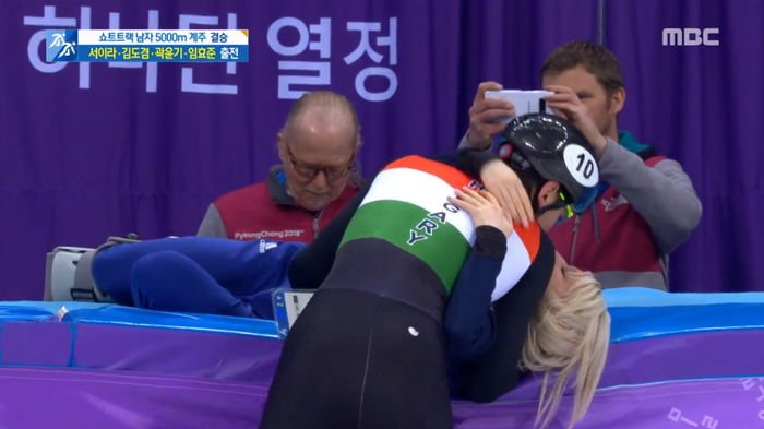 storm to girlfriend after confirmation of gold medal in short track relay xsyq2d00mtza82305b4q - 쇼트트랙 계주서 '금메달' 확정 후 여자친구에게 폭풍 키스한 '헝가리 윙크남' (영상)