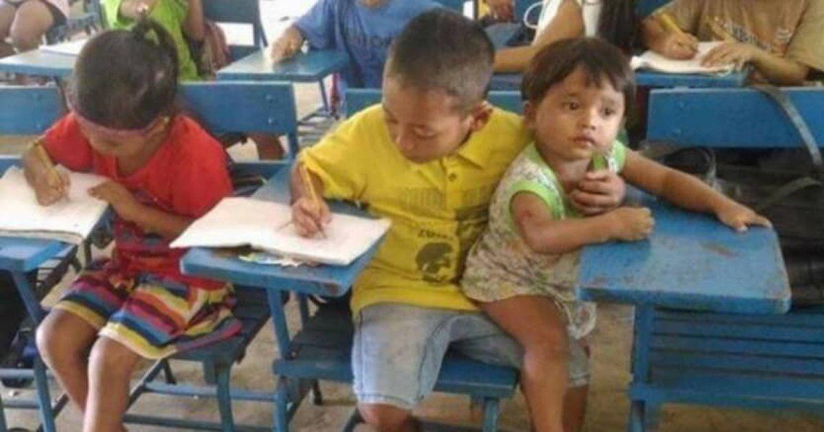 thumbnail5gibs.png?resize=1200,630 - Responsável por cuidar do irmão mais novo, garoto o leva junto para a escola para não perder aula