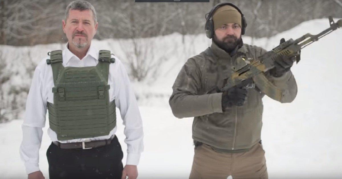 1 303.jpg?resize=1200,630 - CEO promove seu novo colete à prova de balas recebendo ele mesmo um tiro (vídeo)