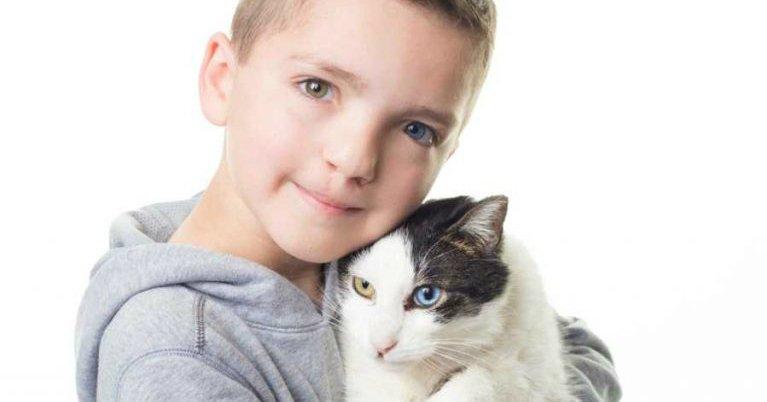 2 28 768x566.jpg?resize=300,169 - Garoto adota gatinha tão especial quanto ele!