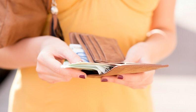 mulher salario dinheiro pagamento 0617 700x800
