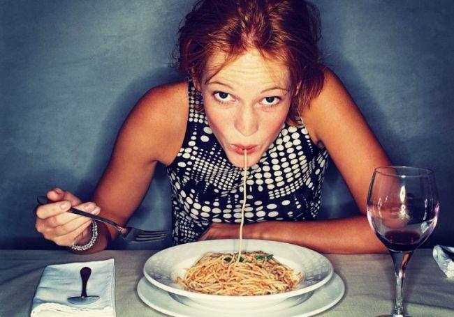44450 menina comendo macarrao dia mundial da massa - Massa à noite não engorda, revela endocrinologista