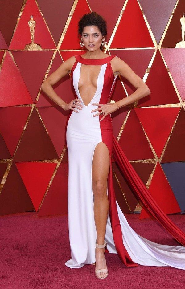 Blanca Blanco, luego del polémico vestido amarillo del Oscar del 2017, eligió para esta ocasión un vestido bi color en blanco y rojo con un gran tajo y escote V. Lo combinó con sandalias nudey pequeñas