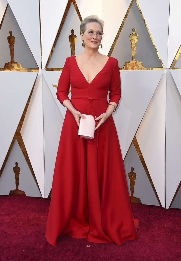 """Meryl Streep enfundada en un rojo pasión que lo combino con un clutch blanco. Para sus joyas optó por una esclava y pequeños aros en forma de hoja """"Correcta para la ocasión"""" opinó Caprarola"""