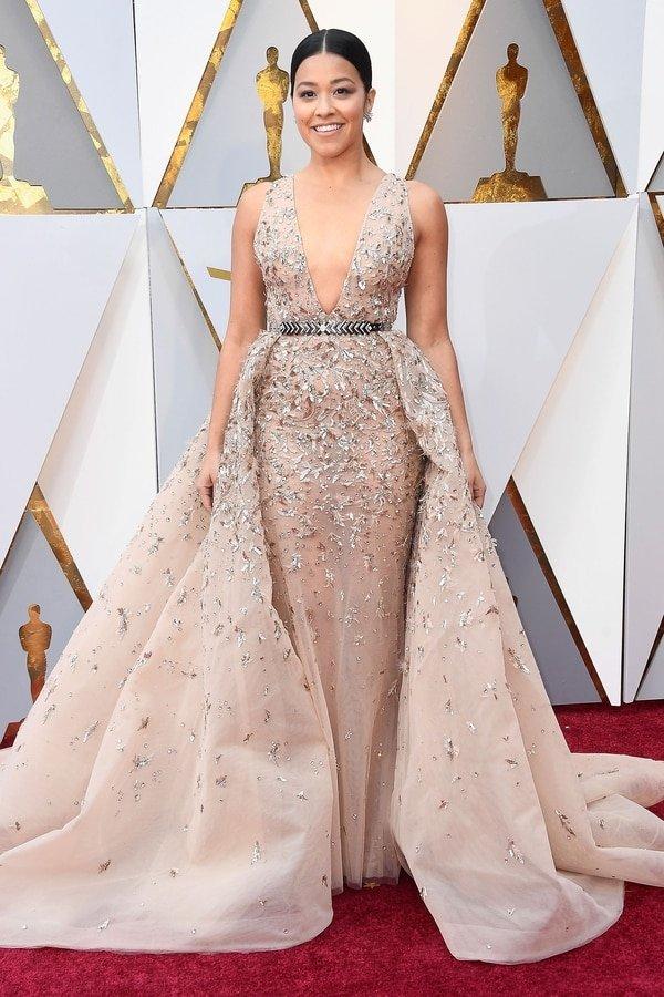 """Gina Rodriguez dio su voz para 'Coco' y sorprendió con su volumétrico vestido en rosa cosmetic """"En la alfombra no luce bien, pero sobre el escenario dará show. Y va a ser ÉL vestido que todas van a querer. Seguramente se verá en los Martin Fierro"""", aportó el asesor Caprarola. El diseño de Rodriguez es de Elie Saab"""