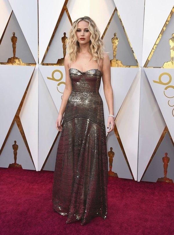 Jennifer Lawrence nunca defrauda con sus elegidos para las red carpet. De paillettes en peltre firmado por la maison Dior