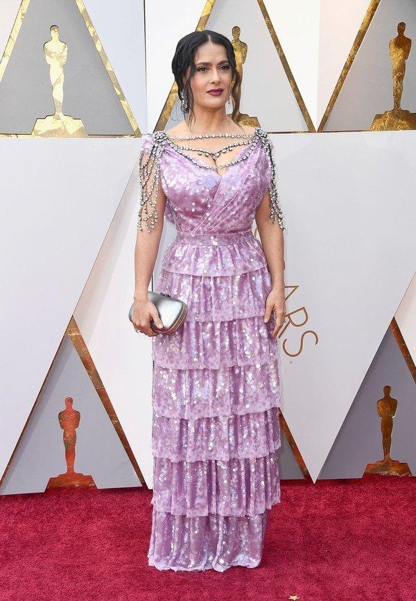 """Salma Hayek eligió a la maison Gucci para asistir a los Oscar 2018. """"Muy interesante el arné montado sobre los hombros de cristales"""". La tendencia del drapeado y el bordado en exceso acompañaron a la actriz en esta noche"""