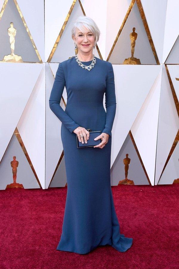 """Helen Mirren, impecable con un diseño sirena con mangas largas en azul con delicadas joyas de cristales y zafiros. """"Mujeres grandes que siguen marcando tendencia, simple, clásica y de buena costura, impecable"""", agregó Caprarola."""