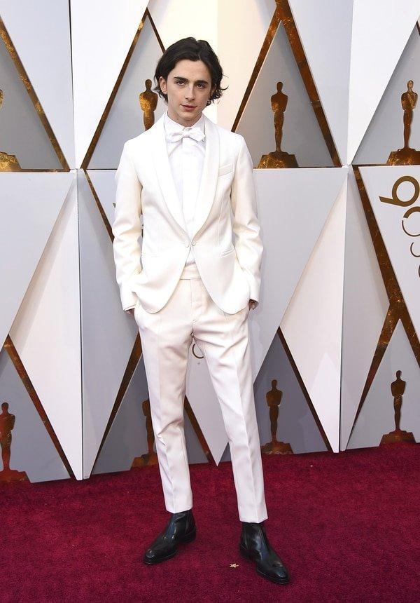 Timothee Chalamet el millennial apostó a un traje total white pero el detalle que contrastó fueron las botas en sus pies