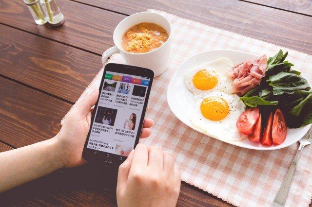 レストラン 食事中 スマホ에 대한 이미지 검색결과