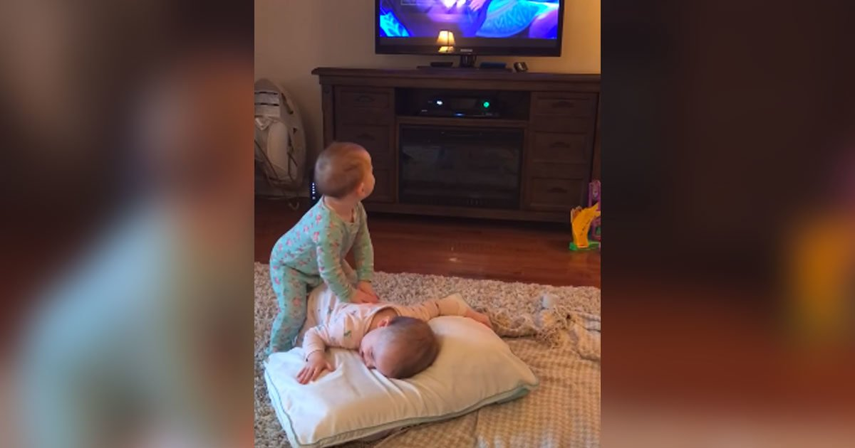 babies play frozen movie featured 1200x630 1024x538 - Twins Copying Characters From The Frozen While Mom Thinks They Are Just Watching It