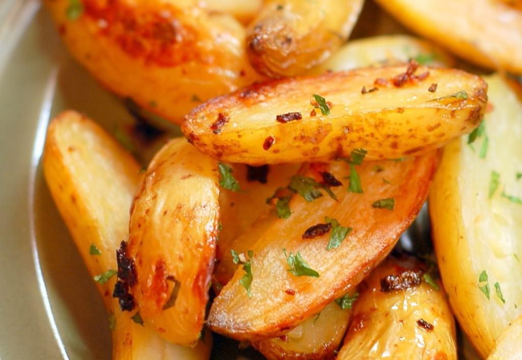 batatas fritas de forno com queijo parmesao 01 1.jpg?resize=300,169 - Batata frita saborosa é feita no forno e com pouco óleo