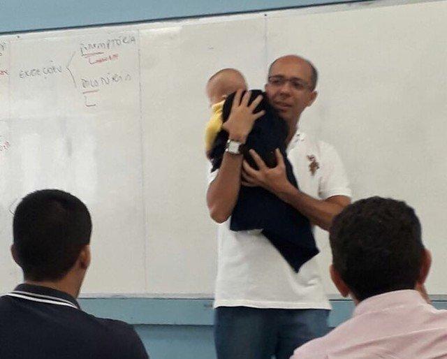 bebe1 - Vídeo mostra professor ninando bebê para aluna assistir à aula em Teresina
