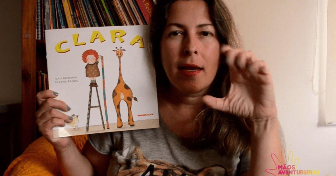 clara2.jpg?resize=1200,630 - Professora conta histórias infantis em Libras no Youtube para divertir crianças com deficiência auditiva