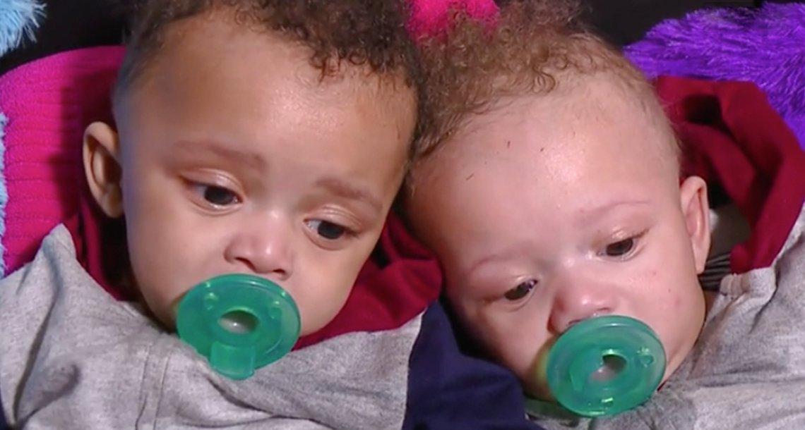 cover 4bebesd.png?resize=1200,630 - Muchas personas en la calle le preguntaban ¿Son niños adoptados? ¿En verdad son tus gemelos?