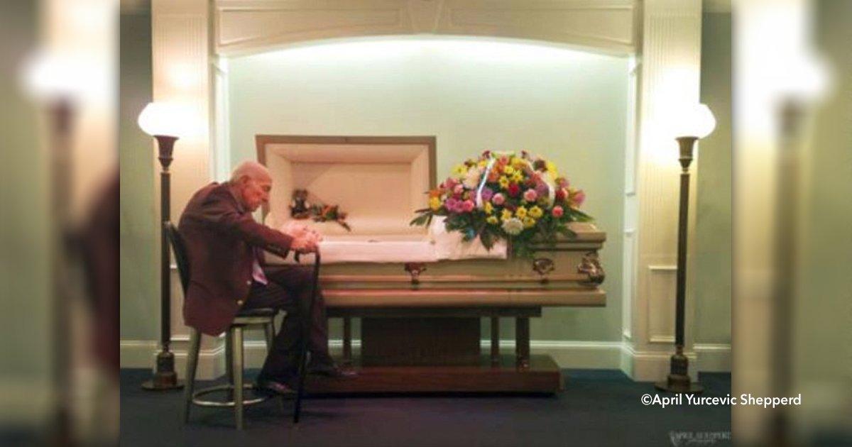 cover22vejo - La fotografía de un hombre en el funeral de quien fue su esposa por 59 años se ha hecho viral