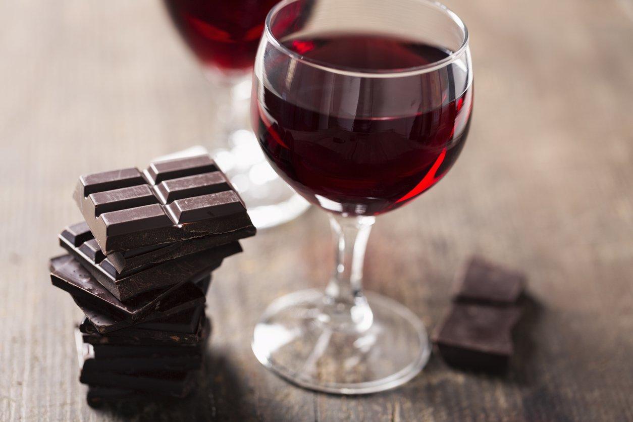 dark chocolate red wine.jpg?resize=1200,630 - Segundo cientistas, chocolate e vinho combatem rugas e ajudam a manter a pele jovem