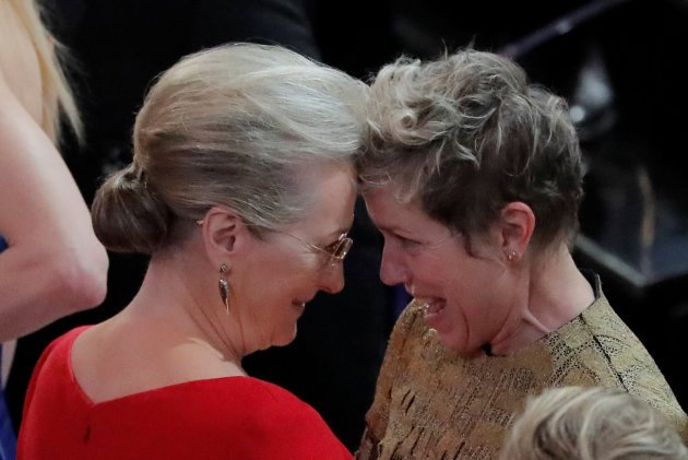 90th Academy Awards - Oscars Show - Hollywood, California, U.S., 04/03/2018 - Meryl Streep congratulates Frances McDormand on winning the Best Actress Oscar for Three Billboards Outside Ebbing, Missouri. REUTERS/Lucas Jackson     TPX IMAGES OF THE DAY