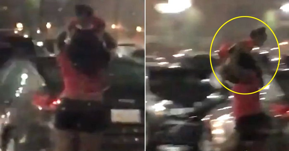 ebacb4eab09ceb8590 - Mulher usa a própria filha como guarda-chuva (vídeo)