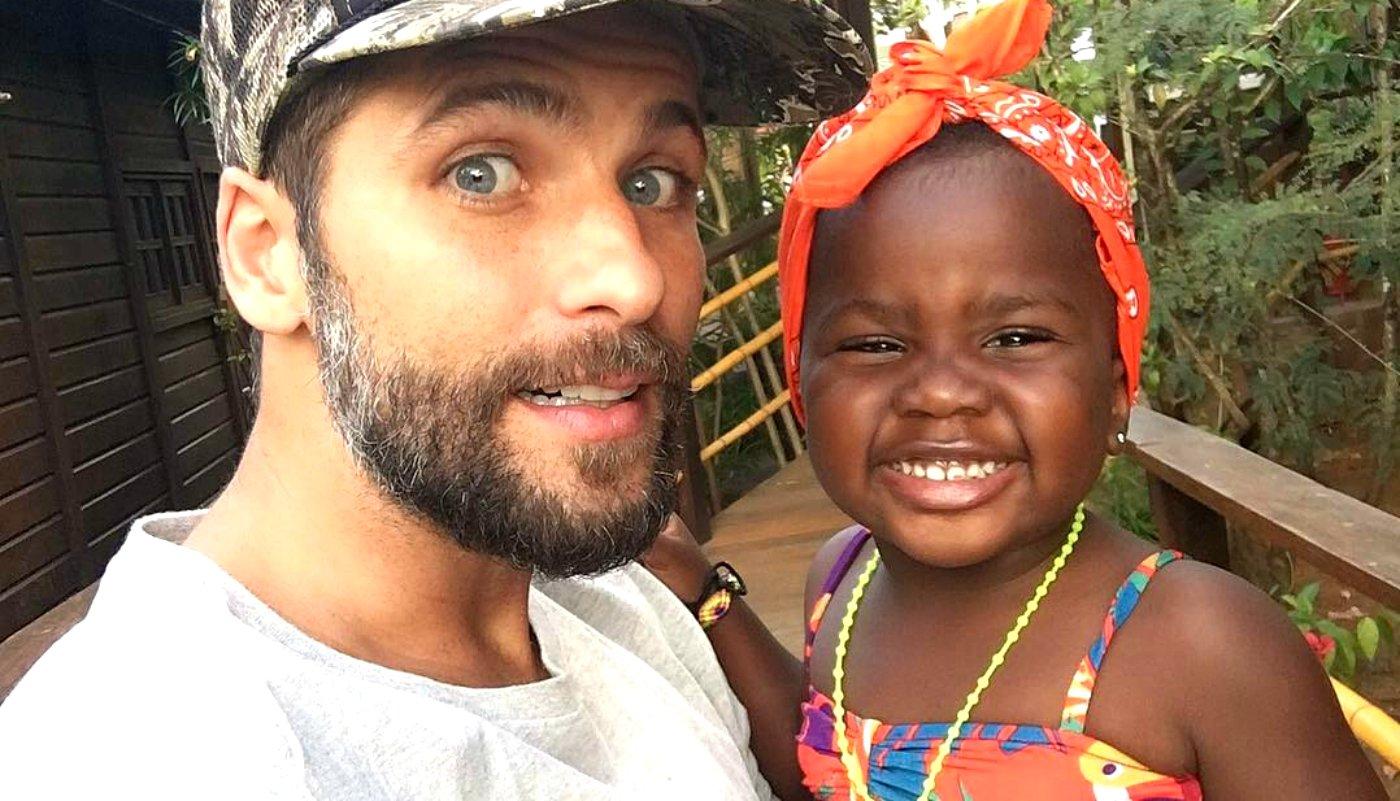 """gagliasso titi pai filha 0317 1400x800.jpg?resize=300,169 - Em passeio com Titi e suas bonecas, Bruno Gagliasso brinca: """"Minhas netas"""""""