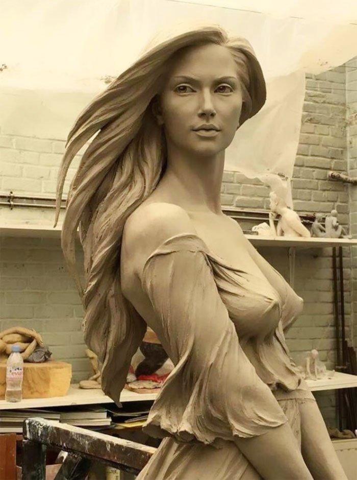 guy mocking sculpture chinese artist luo li rong 1 5a9d34212c6ca  700 - Un usager prétend sur Twitter que seul un homme est capable d'une telle sculpture. Sauf que l'artiste est une femme.