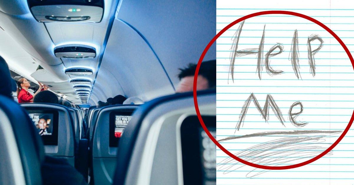 """helponplane.jpg?resize=648,365 - Asistente de vuelo ve a un adolescente preocupado durante el vuelo, luego percibe una nota de """"necesito ayuda"""""""