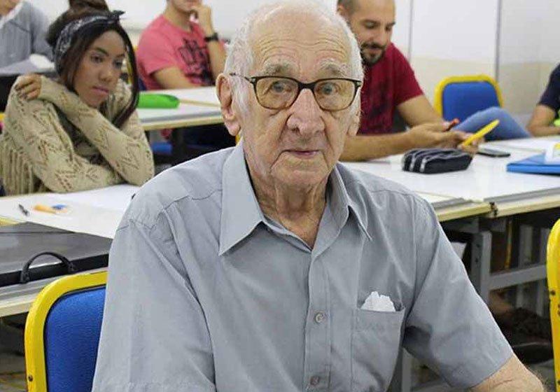 idoso arquitetura.jpg?resize=1200,630 - Senhor de 90 anos realiza sonho antigo e começa faculdade de arquitetura