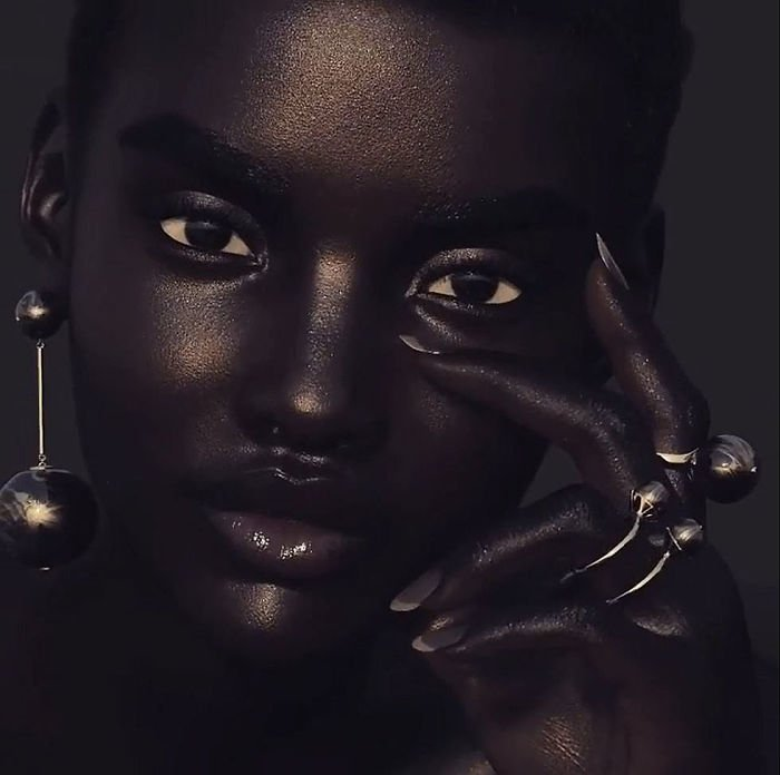 meet-shudu-the-black-model-with-the-perfect-beauty-that-will-never-shine-in-fashion-shows-5a9947720c9b9__700