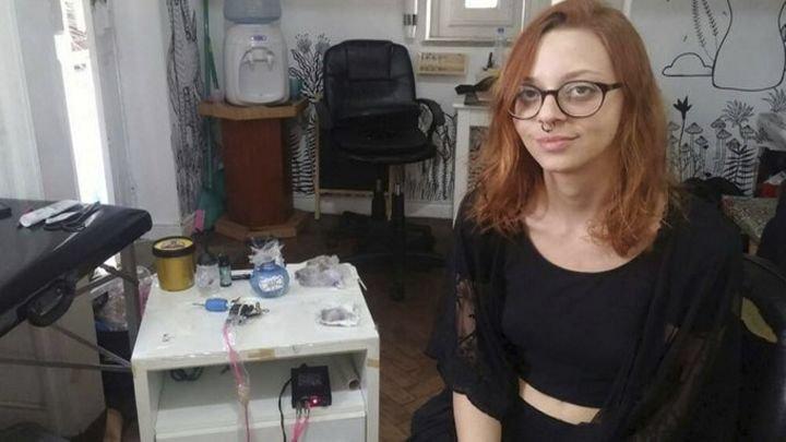 noticia tatuadora peor.jpg?resize=648,365 - Tatuadora brasileira ganha a vida fazendo tatuagens feias