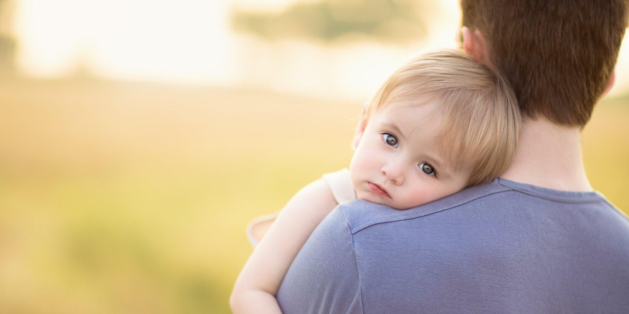 o father and baby facebook.jpg?resize=1200,630 - Você pega seu bebê no colo quando chora? Ciência explica consequência deste ato