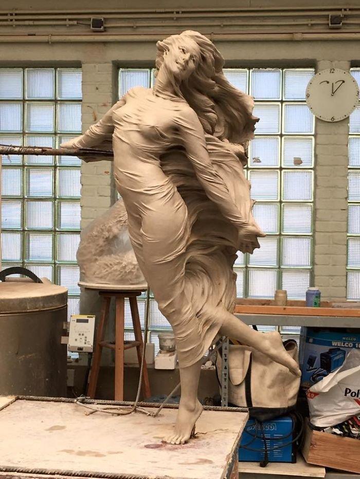 realistic female sculptures luo li rong 59c8a965591ce  700 - Un usager prétend sur Twitter que seul un homme est capable d'une telle sculpture. Sauf que l'artiste est une femme.