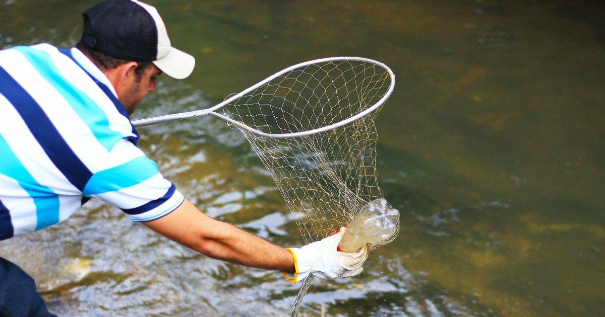 """saldanha - Sozinho, brasileiro cria """"ecobarreira"""" para limpar rio"""