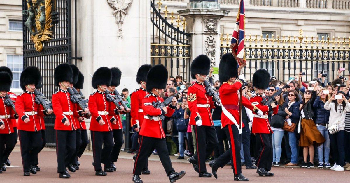 untitled 1 27.jpg?resize=1200,630 - Un touriste se démène pour faire rire ce garde royal qui ne peut résister longtemps.