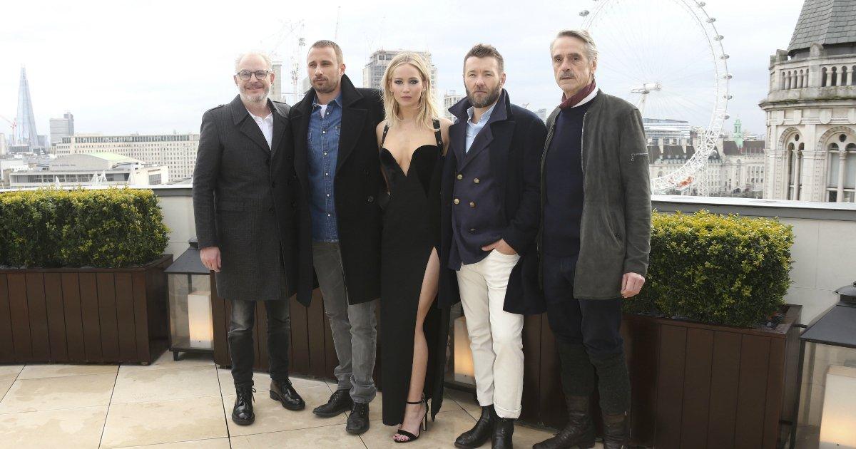 """untitled 1 9 - Jennifer Lawrence appelle les critiques féministes """"sexistes"""" pour leur réaction sur sa robe noire Versace"""