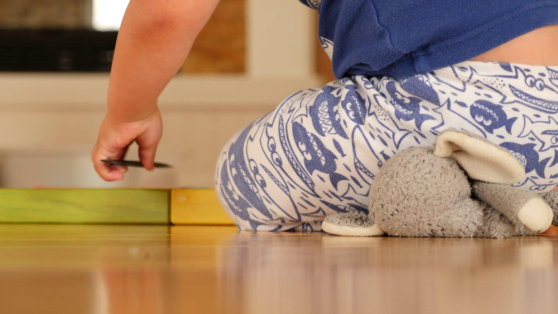 videoblocks cute toddler boy playing with blocks in home in pajamas hp2x5ahhf thumbnail full01 - Por que as vezes, algumas crianças entre 3 a 10 anos sentem muita dor nas pernas? Veja motivo: