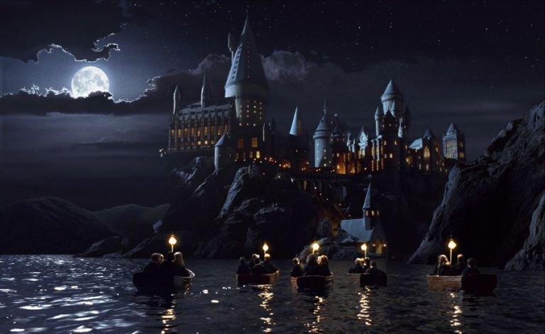 Cena do filme Harry Potter, com os personagens em um barco indo à Hogwarts; cruzeiro do Harry Potter vai ocorrer durante seis dias em agosto