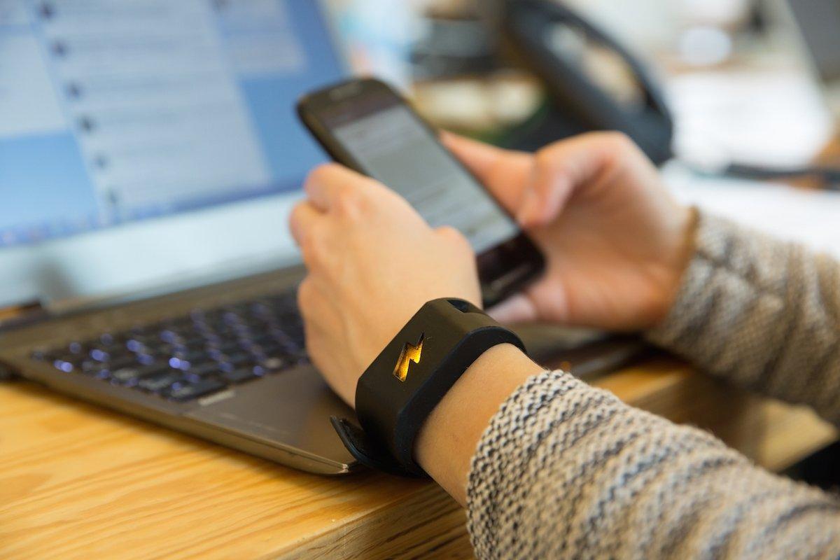 1427406451980429 - Inventaram uma pulseira que dá choque sempre que gastar mais do que deveria no cartão de crédito