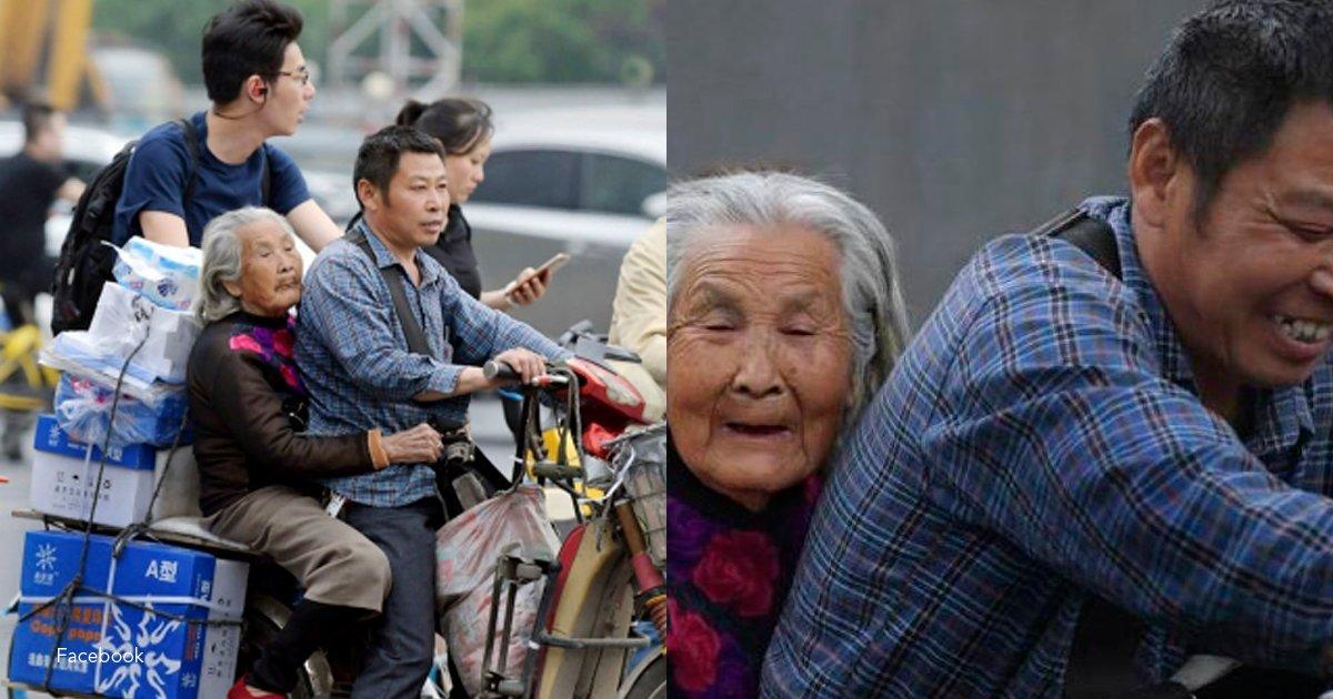 2 covr.png?resize=1200,630 - Como no puede quedarse a cuidar a su madre, la lleva con él al trabajo a diario