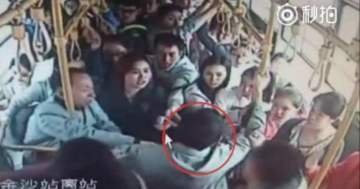 3 91.jpg?resize=1200,630 - 버스 안에서 소녀가 비명을 지르자 모든 '승객'이 보여준 놀라운 반응 (영상)